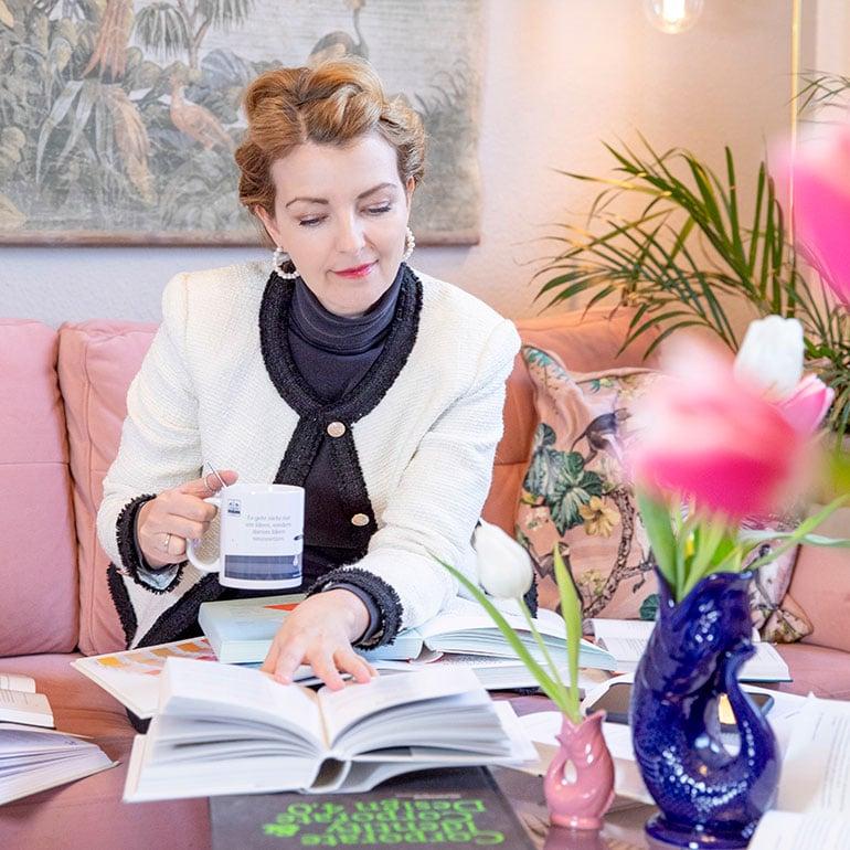 Geschäftsführerin Katrin de Buhr blättert in Fachliteratur zu Marketing