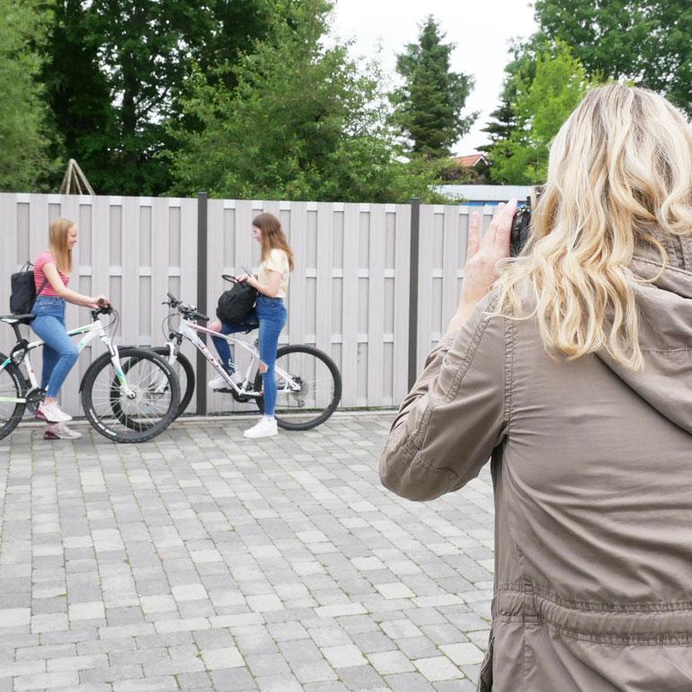 Fotografin Susanne Janssen bei einer Produktfotografie