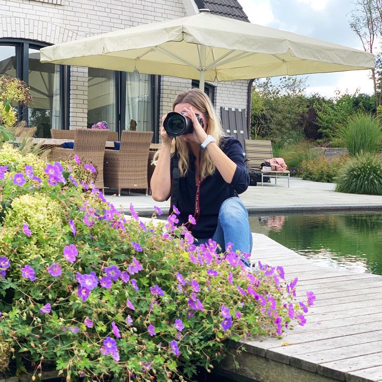 Unsere Fotografin Susanne Janssen im Außenbereich